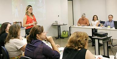 Coordenadores da ESP-CE ouvem atentos a representante do Futura, Ana Amélia Melo, que explica detalhes da proposta.
